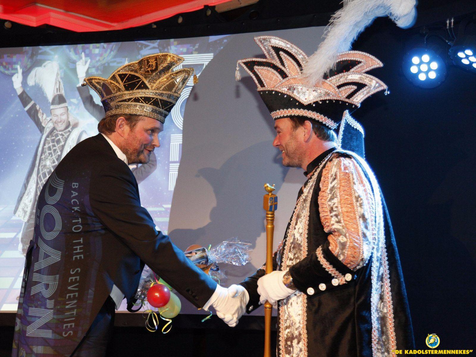 Het eerste exemplaar van het Carnavalsmagazine de Doar'n Döll wordt aan de hoogheid aangeboden.