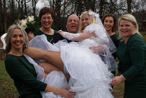 De bruidsmeisjes gingen Greun Haal'n Bruid en Bruidegom op de Twentsche Brulft onder de indruk - Prinsenbal